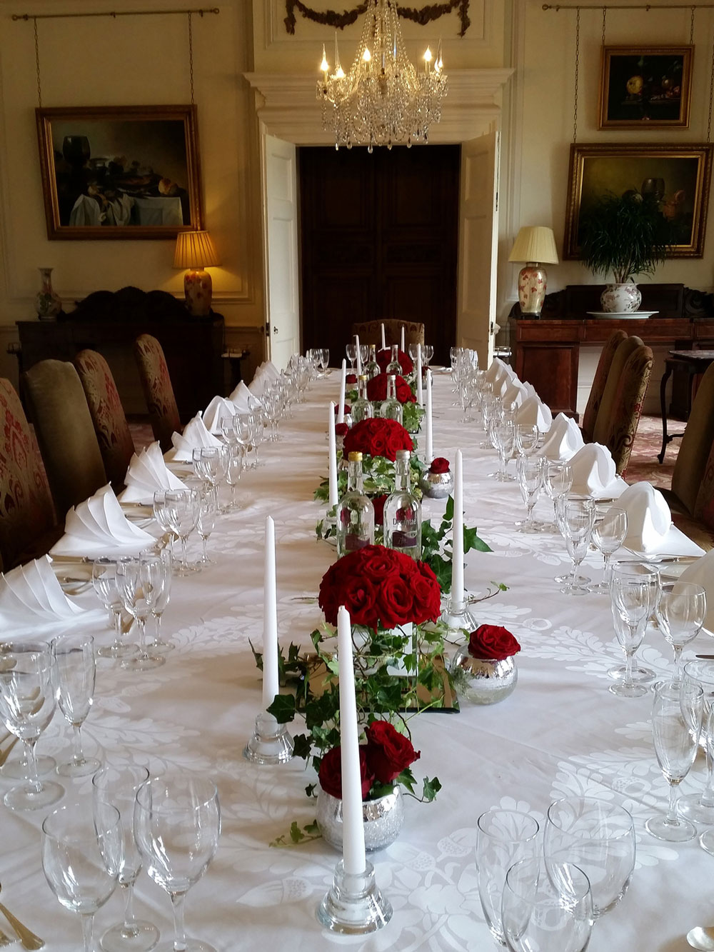 Opulence red roses guest table